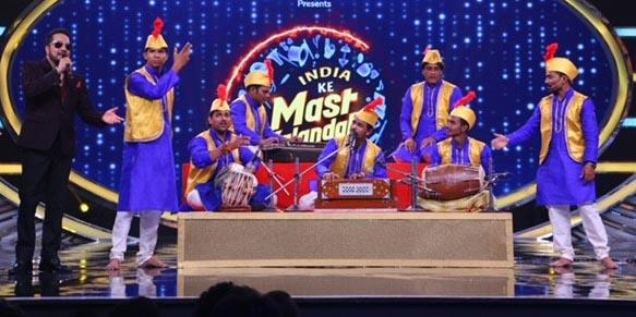 Mika Singh singing with Fimly Qawaal on India Ke Mast Kalandar stage