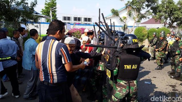 Melihat Demo Berujung Ricuh dalam Simulasi di Bandara Adi Soemarmo