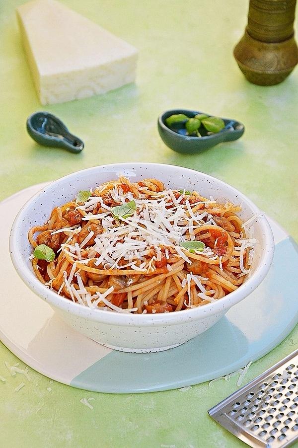 Spaghetti z pomidorami, pieczarkami i pecorino