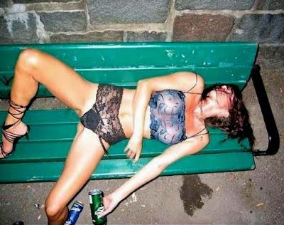 sturz betrunkenes Mädchen auf Parkbank