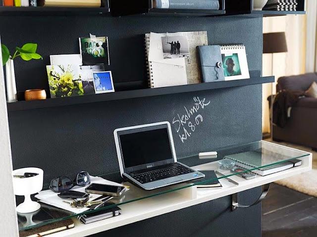 Boa ideia decorativa do dia: home office na parede. Blog Achados de Decoração