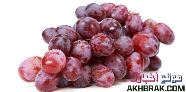 يوصى بتناول العنب الأحمر لأنه يحتوي على ريسفيراترول ، وهو مادة قوية مضادة للأكسدة . عند تناول العنب الأحمر ، يمكن أن يقل الالتهاب في البنكرياس ويزيل الخلايا السرطانية من البنكرياس أيضًا.  ينصح عمومًا بتناول العنب الأحمر الخام بشكل يومي.