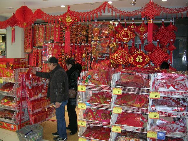 スーパーで売られている春節用の色々な飾り物…赤が基調