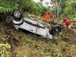 Carro com padre é arrastado pela correnteza no rompimento da barragem na CE-178