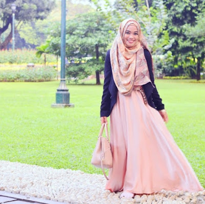 6. Batik Juga Bisa Kamu Jadikan Hijab Seperti Ghaida Tsurayya ini Lho