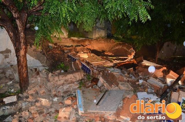 Caixão fica no meio da rua após muro de cemitério cair no centro de Cajazeiras