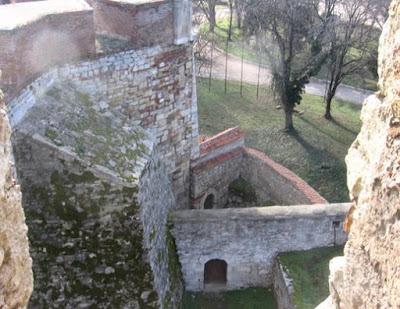 Delimitari intre fortificatie si zidul exterior