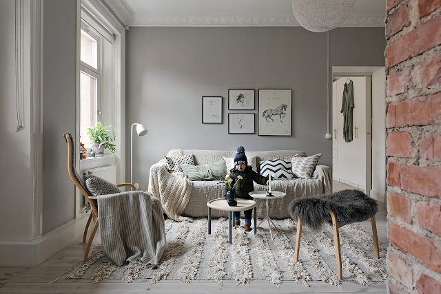 Amenajare fără uși între bucătărie și living într-un apartament de 61 m²