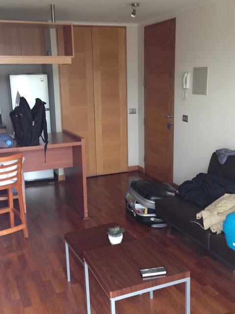 Sala e cozinha do apartamento.
