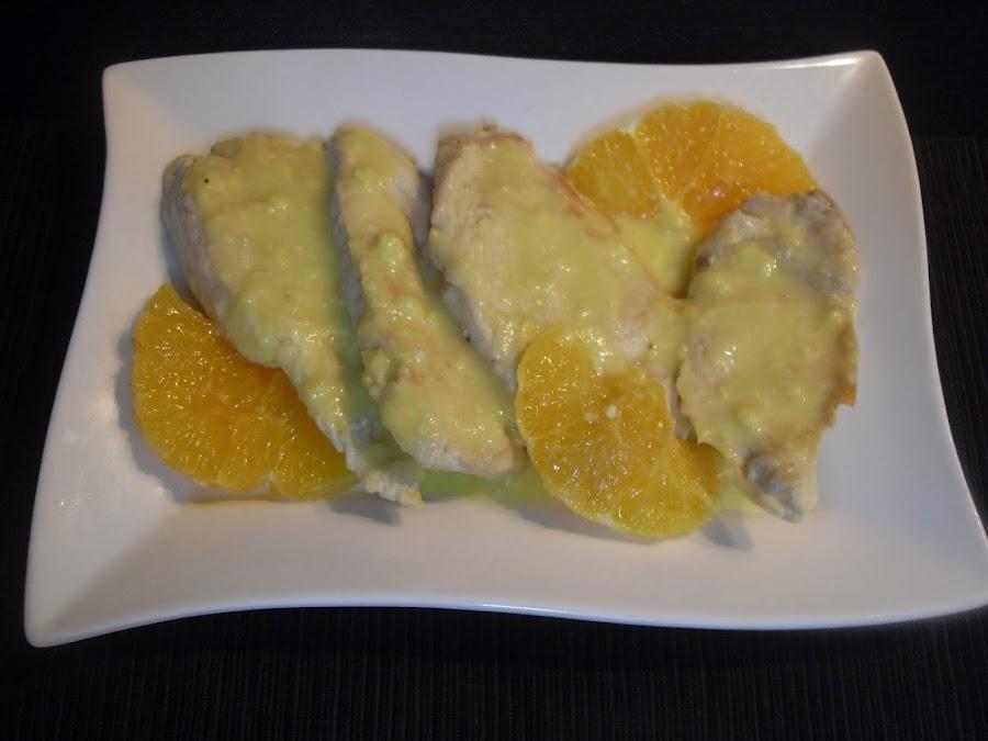 Presentación de pechugas de pollo con salsa de naranja