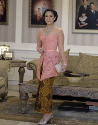 Gambar Model Kebaya Brokat Modifikasi Batik Modern