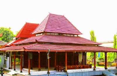 Padepokan Jawa Tengah merupakan sebuah bangunan induk istana Mangkunegaran di Surakarta. Rumah penduduk dan keraton di Jawa Tengah umumnya terdiri atas 3 ruangan: Pendopo, Pringgitan dan Dalem.