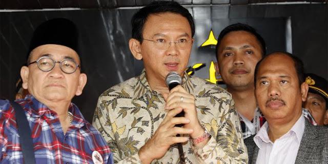 Gubernur DKI Jakarta non-aktif Basuki Tjahaja Purnama atau Ahok saat memberikan keterangan pers di halaman Kejaksaan Agung, Jakarta, Kamis, (1/12/2016).