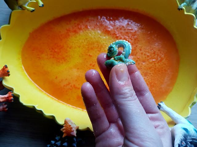 musujące jaja dinozaura diy - zabawa z dzieckiem - domowe eksperymenty