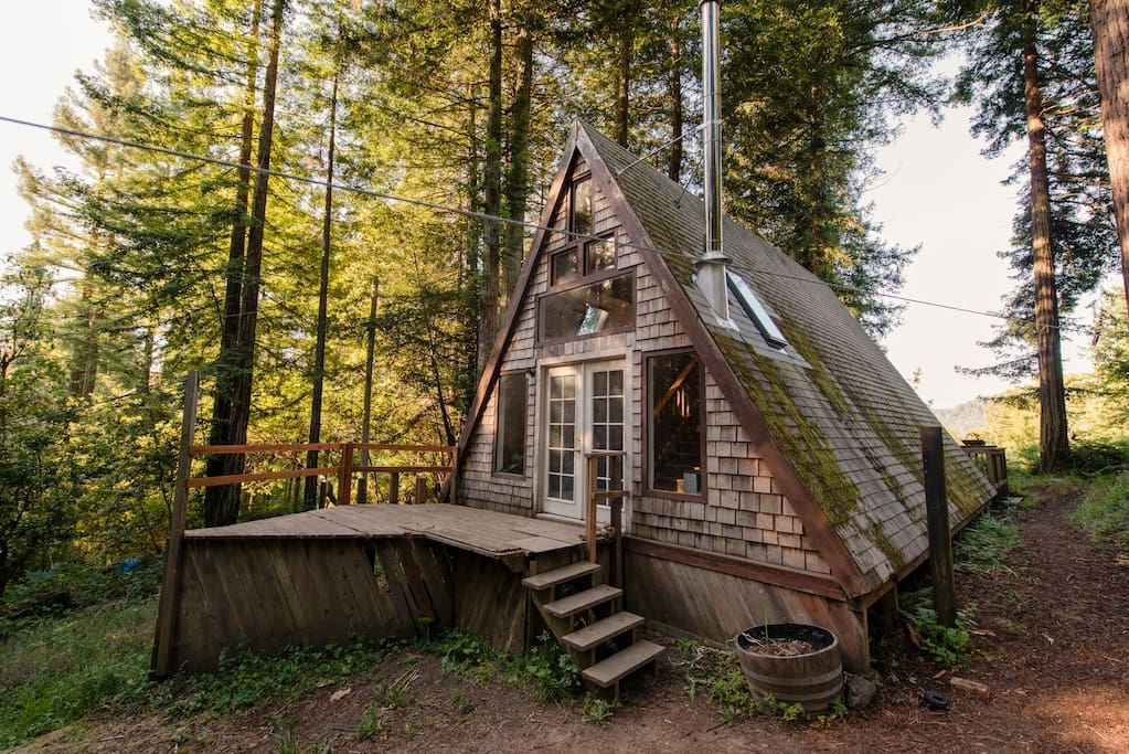 14-airbnb-Architecture-with-A-Frame-House-with-properties-of-the-Tardis-www-designstack-co