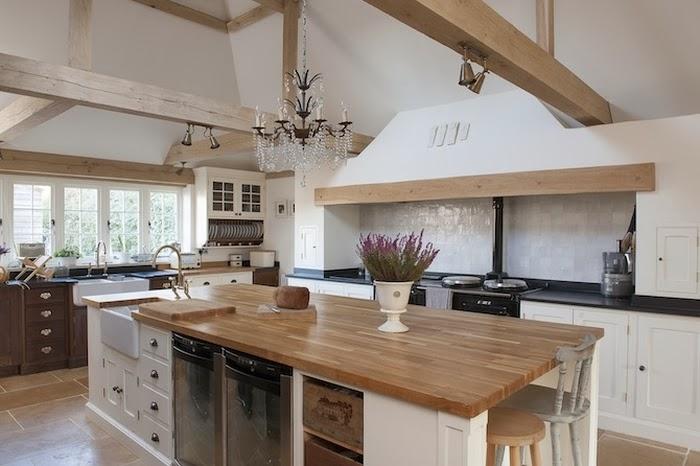 Stary, drewniany dom w Anglii, wystrój wnętrz, wnętrza, urządzanie domu, dekoracje wnętrz, aranżacja wnętrz, inspiracje wnętrz,interior design , dom i wnętrze, aranżacja mieszkania, modne wnętrza,styl francuski, styl klasyczny, styl rustykalny, stary dom, dom po remoncie, drewniane belki, kuchnia