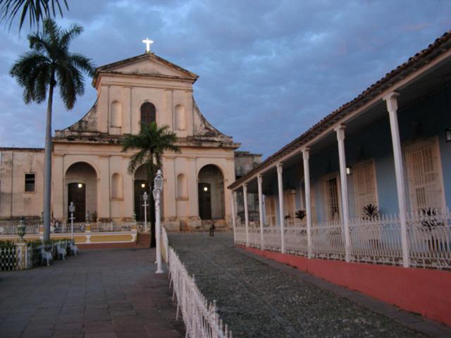 La Iglesia Parroquial de la Santísima Trinidad, junto a la Casa Azul