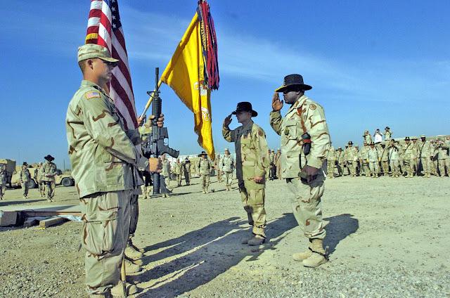 Ο McMaster με τον Αρχιλοχία John Caldwell χαιρετούν τη σημαία του 3ου Συντάγματος στο Ιράκ