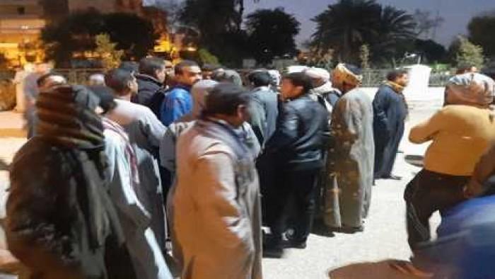 بالصور أقباط إسنا يتجمهرون أمام مركز الشرطة احتجاجا على اختفاء فتاة قبطية