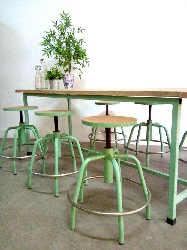 Decoración de restaurantes, estilo industrial, mesas con taburetes con tornillo. lámparas precios y catálogo. Valencia españa