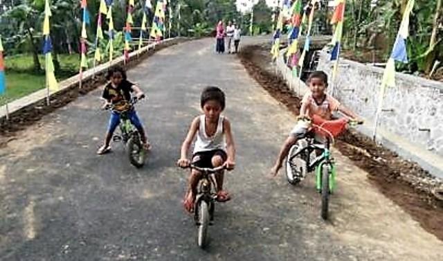Keceriaan Anak-Anak di Jalan TMMD