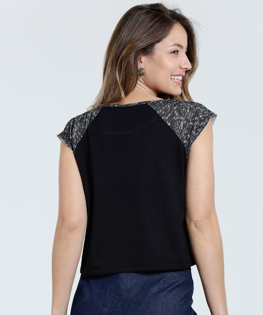 Blusa feminina modelo cropped, confeccionada em tecido malha, frase frontal, recorte. Possui decote redondo, manga curta, acabamento e costura no tom.