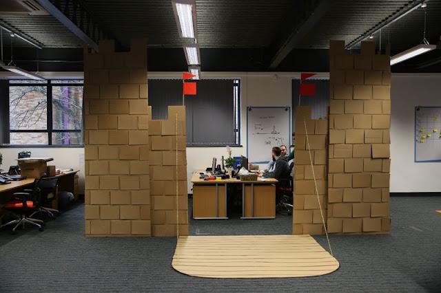 Funcionários de empresa criam um Castelo de Papelão para se proteger do frio