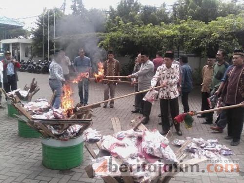 Disaksikan MUI Gresik, Sandal Bertuliskan lafadz Allah Dibakar Musnah