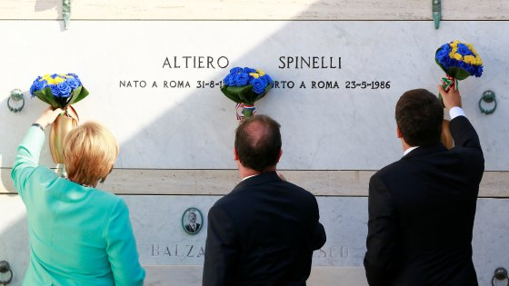 Blumen vor dem Grab von Altiero Spinelli