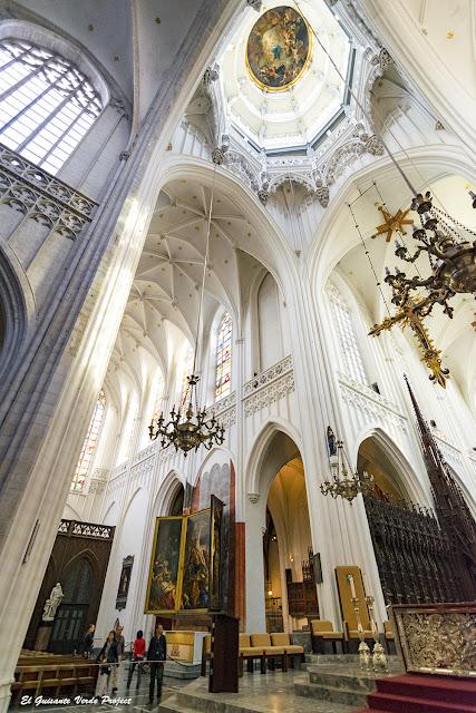 Nave central y crucero de la Catedral de Nuestra Señora - Amberes por El Guisante Verde Project
