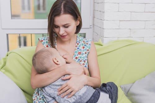 رضاعة الطفل في الشهر الاول