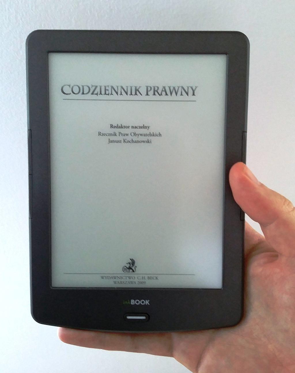 Czytnik InkBOOK Classic 2 w ręce - dobrze leży w dłoni