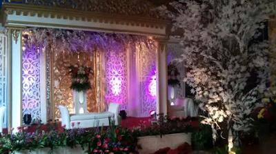 dekorasi pelaminan putih