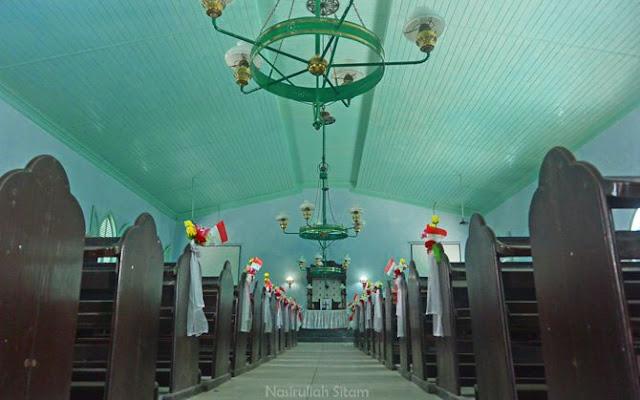 Ruangan dalam gereja Kristen Jawi Wetan