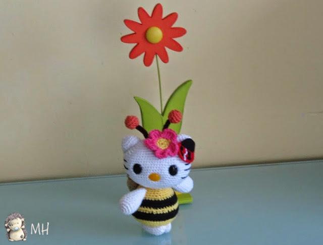 Hello Kitty abejita amigurumi con antenitas doradas