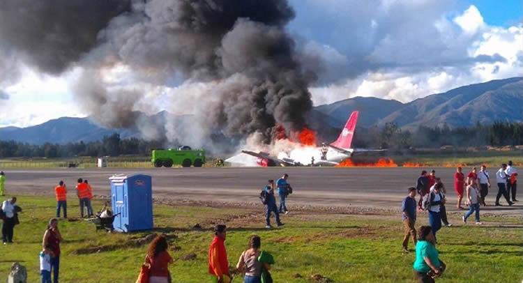 Avião pega fogo após realizar pouso