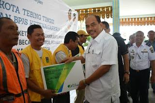 Walikota Tebing Tinggi H.Umar Zunaidi Hasibuan Bagi kartu BPJS Ketenagakerjaan