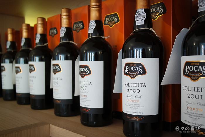 bouteilles de porto colheita alignées, caves poças, Vila nova de gaia, Porto