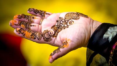 Muslimah tampil cantik dengan memakai henna