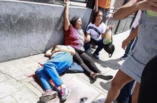 Venezuela atraviesa una de las peores crisis de su historia. A la recesión económica -con inflación de tres dígitos y escasez de bienes- se le suma una ola de protestas antigubernamentales que acumula 100 muertos. La oposición dice que Maduro ha llevado al país a una 'dictadura'.