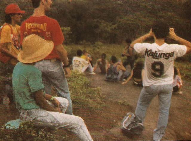 Foto 14 - Numa excursão ao Mestre Álvaro, uma parada para o merecido descanso do grupo. Foto do autor, 28 de outubro de 1989.