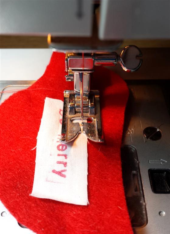 Costurando uma etiqueta personalizada no ornamento, no tute e no teste padrão de feltro do pássaro vermelho por refabulous