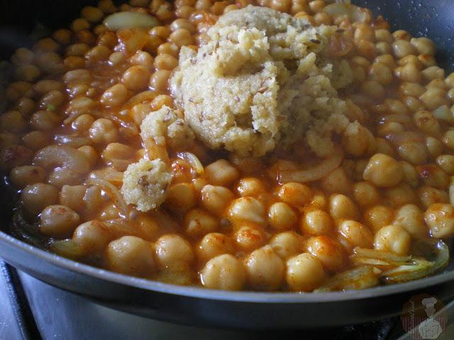 añadir el majado de vinagre, comino, ajos y pan frito