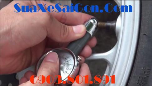 Kiểm tra áp suất lốp xe máy để đảm bảo khi lưu thông