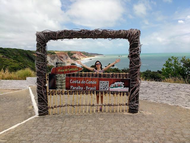 Portal da Praia de Tambaba, com as falésias ao fundo.