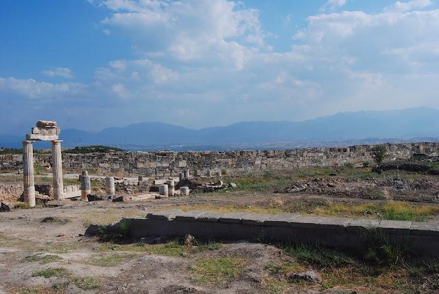 vue de la partie sud de la ville, avec à l'arrière-plan la muraille forteresse construite sous Septime Sévère