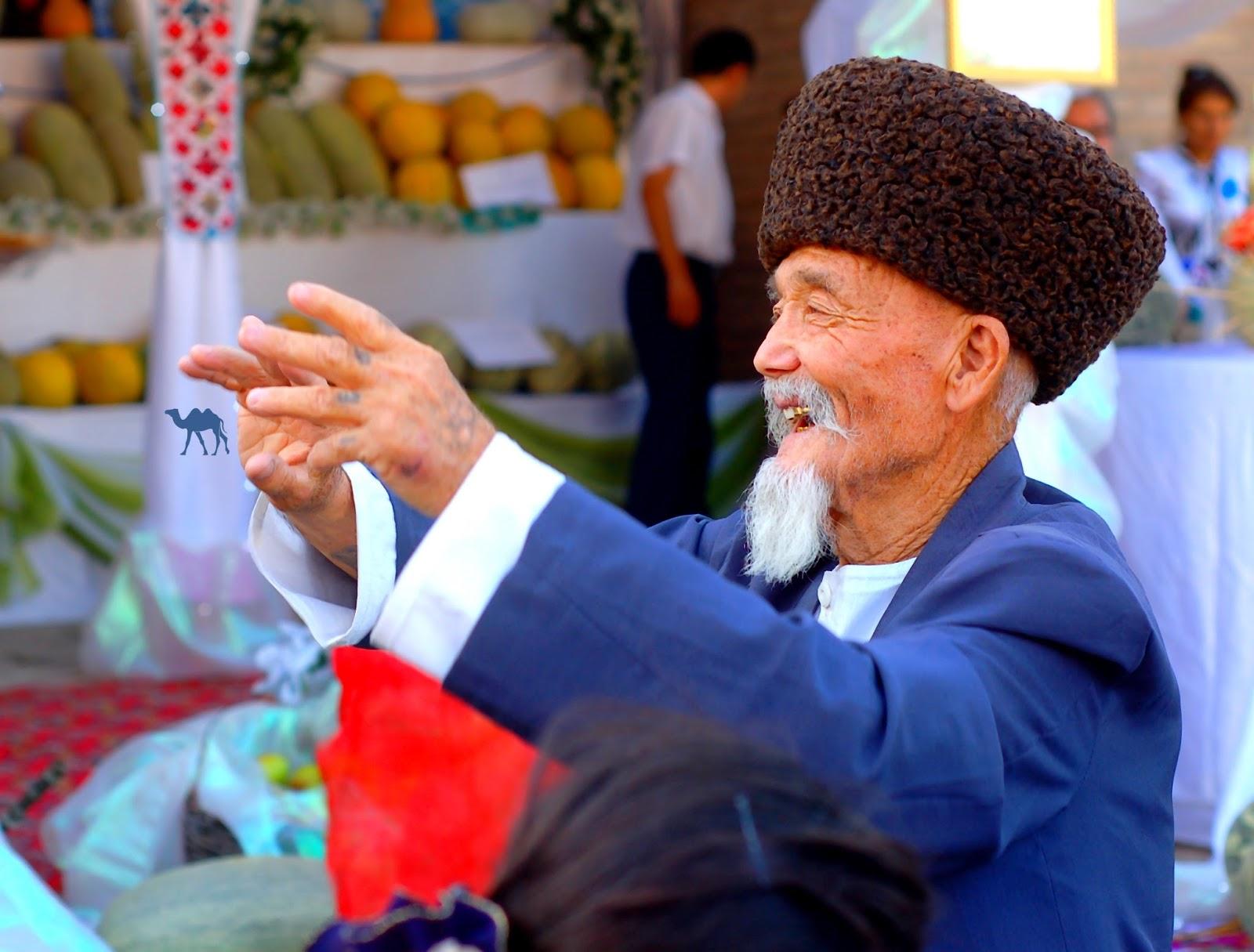 Le Chameau Bleu - Blog Voyage Ouzbékistan - Vieux Danseur à la fete du melon Khiva Ouzbékistan