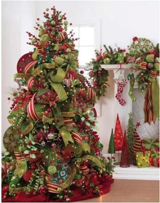adornar el arbol de navidad con muchos adornos diferentes