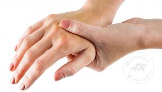 Masalah Kebas Kaki Dan Tangan | Kebas kaki dan tangan sering terjadi di kalangan orang-orang yang berusia. Apakah tandanya sekiranya kita selalu terasa kebas pada kaki dan tangan?  AM terjumpa perkongsian di Facebook dari saudari Hani Sofia yang berkongsikan tanda-tanda penyakit yang mungkin kita hadapi apabila kebas pada kaki dan tangan.  Semoga perkongsian ini memberi amaran awal kepada kita untuk melakukan pencegahan yang perlu.  Sakit di bahagian bahu Menandakan saluran darah telah menjadi keras dan fungsi metabolisme tidak seimbang.  Kebas pada tangan  Pengaliran darah di bahagian atas badan tidak lancar.  Kebas tangan kiri dan lengan Tanda-tanda lemah atau sakit jantung. Jika rasa kebas menjadi sakit di bahagian lengan dan kekal di sana, ini menandakan serangan sakit jantung mungkin berlaku.  Kebas kaki Pengaliran darah di bahagian bawah badan tidak lancar.  Sakit tapak kaki Menandakan buah pinggang lemah. Biasanya disebabkan oleh kekurangan senaman dan duduk terlalu lama.  Sakit tumit kaki Menunjukkan kelemahan fungsi alat kelamin.  Rasa panas di tapak kaki Penyeimbangan fungsi buah pinggang akibat lemah tenaga batin.  Gatal di celah-celah jari kaki Menunjukkan tanda awal penyakit kaki busuk (Hong Kong Foot).  Masalah Kebas Kaki Dan Tangan   TANDA-TANDA DALAMAN KEPALA  Segala tindak balas yang berlaku di bahagian kepala, mempunyai kaitan dengan pengaliran darah, jantung dan saraf otak.   Pening / sakit di bahagian depan kepala  Menandakan sakit tekanan jiwa (neurosis) akibat bebanan mental dan banyak berfikir.  Pening /sakit di bahagian belakang kepala Bahagian atas : Menunjukkan penyakit tekanan darah tinggi. Bahagian bawah (tengkuk). :Menunjukkan penyakit tekanan darah tinggi atau tekanan darah.  Sakit kepala dan rasa gas keluar dari telinga  Menandakan penyakit migrain.  Bisul terjadi di kepala Tanda pembuangan toksin sedang berlaku. Kadang-kadang dikaitkan dengan penyakit migrain.  Rasa pening yang memusing Tanda kurang darah atau pengaliran darah tidak l