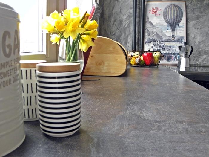 betonowy blat w kuchni imitacja | levelupstudio